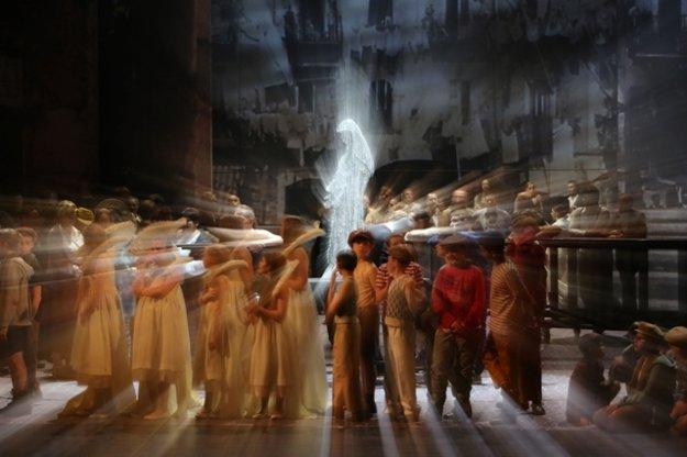 I Gioielli di Madonna, procession scene