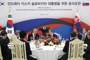 Slovak President Andrej Kiska (CL) and South-Korean President Moon Jae-in (CR) during the former's visit to the ROK, April 11.