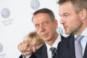 PM Peter Pellegrini and Ralf Sacht, chairman of the Board of Management at Volkswagen Slovakia, from right