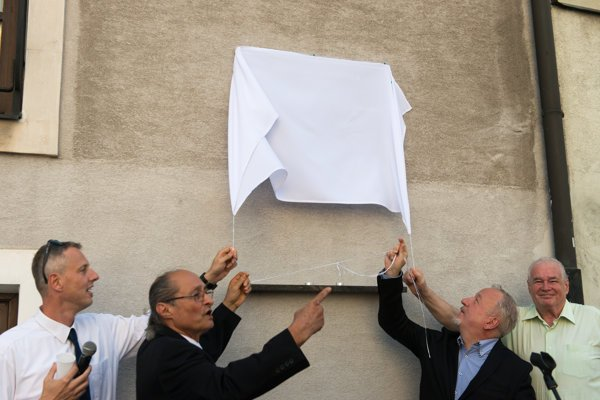 Unveiling of the commemorative plaque: curator Michal Vaněk, Yaron Lichtenstein, BKIS director Vladimír Grežo and Museum of Jewish Culture's director Pavol Mešťan, from left.