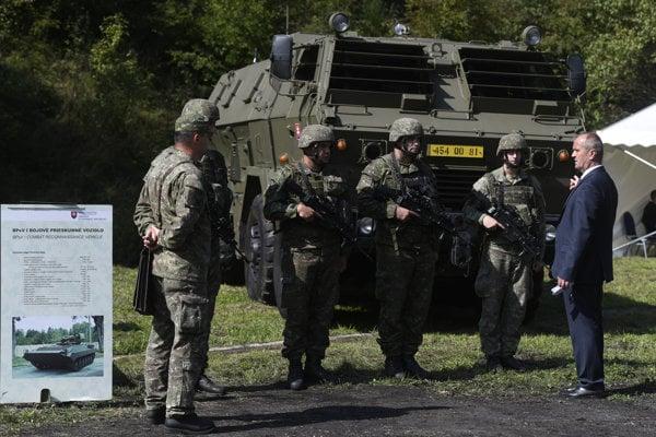 Defence Minister Peter Gajdoš talking with soldiers at Konštrukta-Defence.