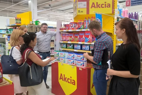 Henkel Slovensko Laundry  &  Home Care representatives guiding SSC colleagues in one of the stores during the Storecheck