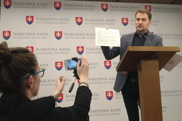 Igor Matovič showed some of the text messages at the March 28 press conference.