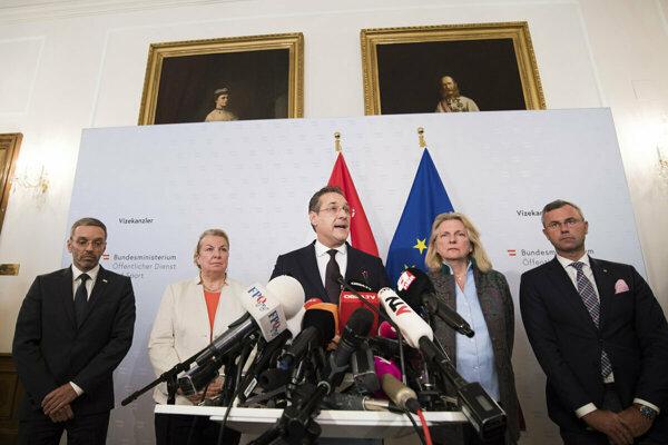 Strache announces his resignation.