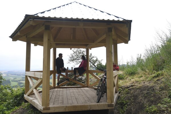 Two wooden gazebos at the tourist routes leading from Slanec village to the castle are the latest features for visitors.