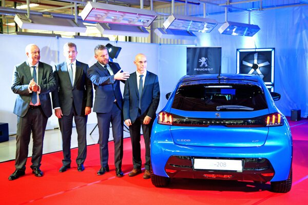 Groupe PSA Slovakia representatives, PM Peter Pellegrini, and Economy Minister Peter Žiga present the new e-208 model in Trnava.