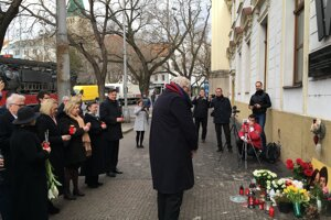 The diplomatic community lights candles in memory of Ján Kuciak and Martina Kušnírová near the Visitation of Virgin Mary Church on SNP Square.