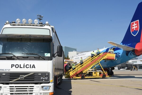Plane delivers medical supplies from China.