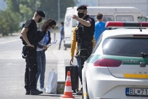 The police speak with a driver on the Bratislava-Berg border crossing on May 17, 2020.