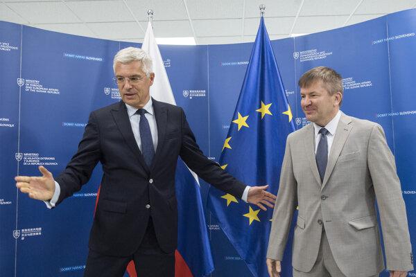 Foreign Affairs Minister Ivan Korčok (l) met with departing Belarusian Ambassador Igor Alexandrovich Leshchenya.