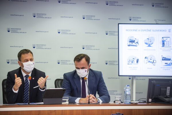 Finance Minister Eduard Heger (l) and Štefan Kišš, head of the Value for Money Unit, introduce the reform plan for Slovakia.