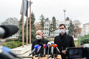 Nitra Mayor Marek Hattas (r) and hospital head Milan Dubaj (l) talk about the critical situation in the town.