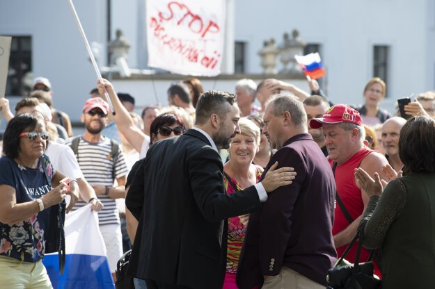 Luboš Blaha of Smer (l) and Marian Kotleba of ĽSNS (r) came to talk to the protesters.