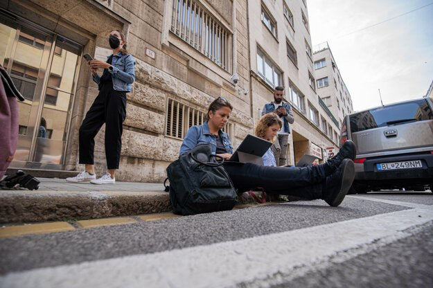 Some journalists were not allowed to attend a press conference held by the general prosecutor. They watched it on the street instead.
