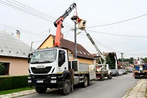 Relocating the stork nest in Chocholná-Velčice.