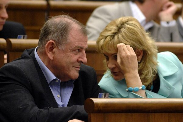 After being close political allies for more than a decade, Vladimír Mečiar and Zdenka Kramplová have parted ways.