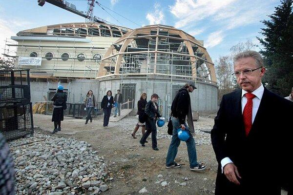 Mayor Ďurkovský (right) at the new primate pavilion.