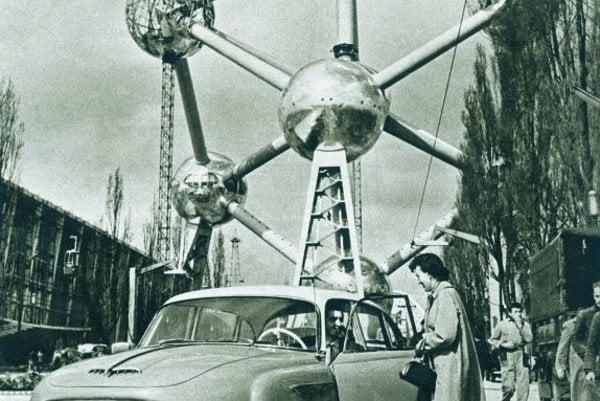 A Tatra 603 car beneath Atomium.