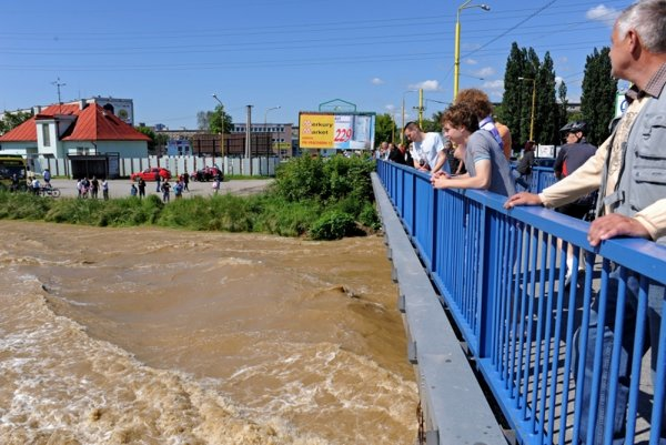 Locals gather on a bridge and on the banks of the Hornád River as the water rises to previously unseen heights in living memory in Košice, Slovakia on June 5, 2010.
