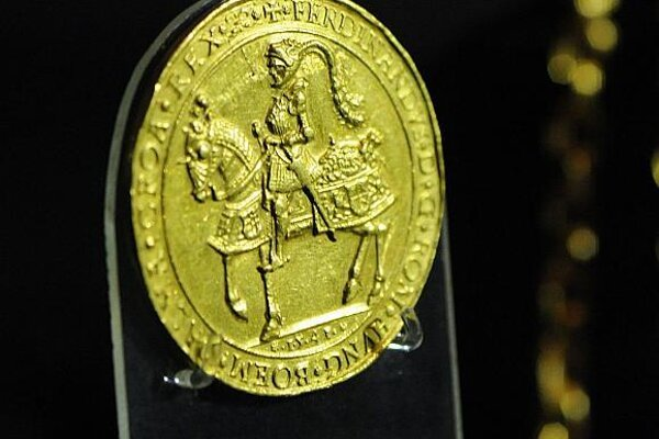 The glass-covered gold coin of King Ferdinand I.