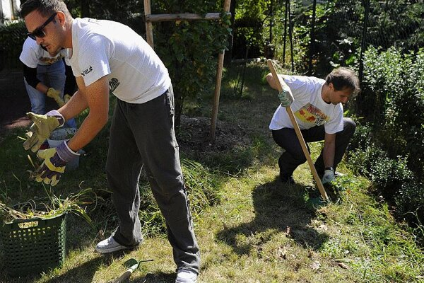 Celebrities Robo Papp (l) and Mário Radaèovský were among the volunteers.