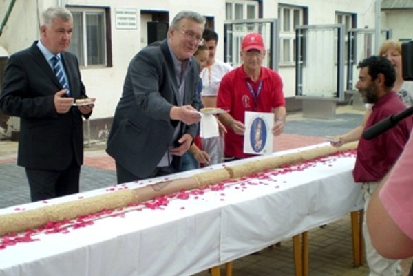 The record fujara cake is distributed among the public.