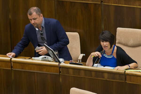 Deputy speakers (L) and Ďuriš Nicholsonová argue over who shall preside over the parliamentary session on July 7.