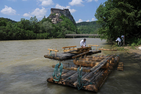 A wooden raft below Orava Castle.