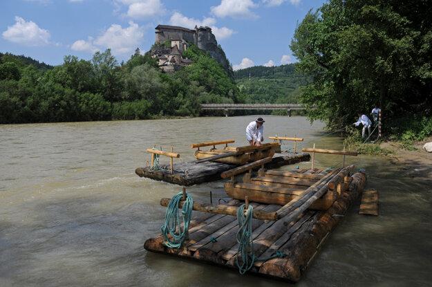 A wooden raft below Orava Castle.