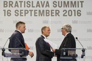 L-R: Slovak PM Robert Fico, European Council President Donald Tusk and European Commission head Jean-Claude Juncker, at a press conference September 16.