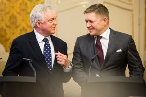 Britain's Brexit Secretary David Davis (l) and Slovak PM Robert Fico (r)