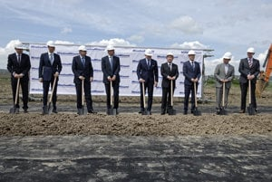 Representatives of the Japanese company MinebeaMitsumi and Slovakia ceremonially launched construction of a new plant.