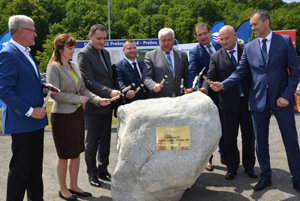 Transport Minister Árpád Érsek (5L) tapped the foundation stone of the new Prešov bypass May 30, accompanied by local, regional and national officials.