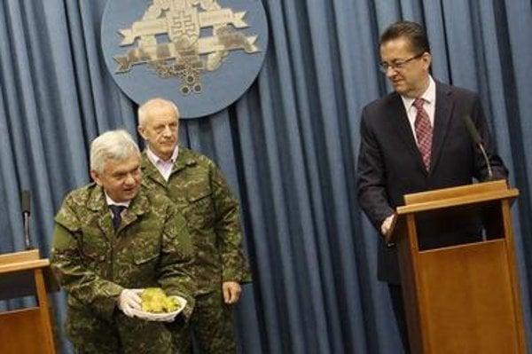Agriculture Minister Ľubomír Jahnátek, head of State Veterinary and Food Administration Jozef Bíreš and Defence Minister Martin Glváč (L-R) on April 1