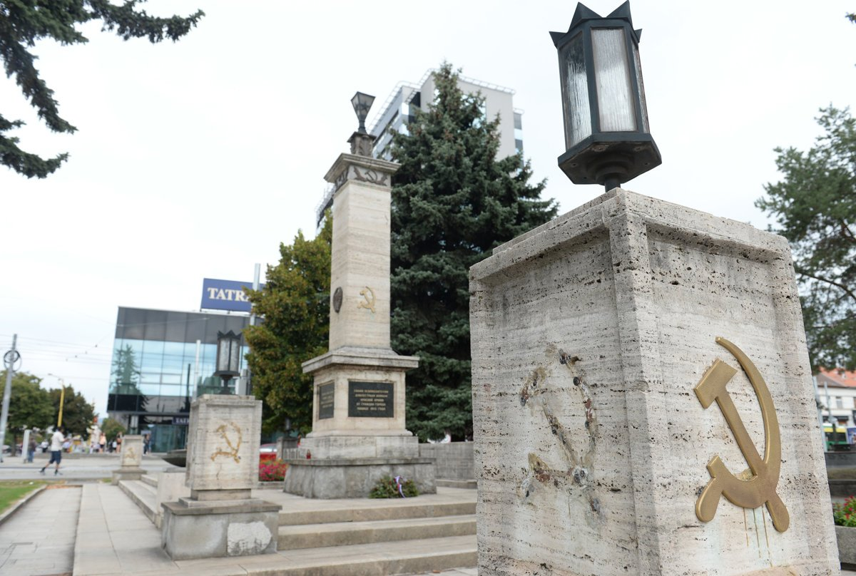 Detained for removing communist symbols spectatore the damaged memorial in koicesource tasr biocorpaavc