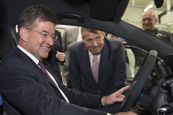 Miroslav Lajčák (l) also visited the Volkswagen plant in Wolfsburg during his visit to Germany.