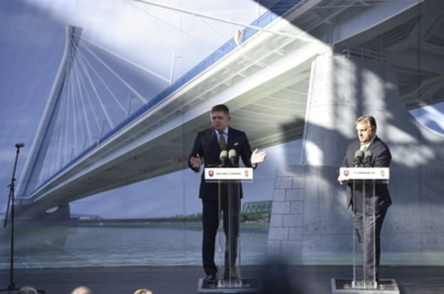 L-R: Slovak and Hungarian PMs, Robert Fico and Viktor Orbán, at the launch of construciton of Komárno-Komárom bridge.