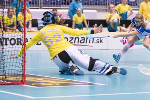 L-R: Goalie Shannon Barnes (Australia) vs Šárka Boľová (Slovakia) during the December 3 match of floorball world championship.