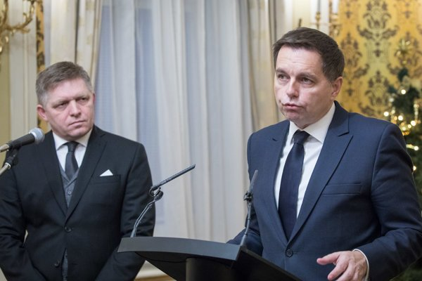 Prime Minister Robert Fico (l) and Finance Minister Peter Kažimír (r)