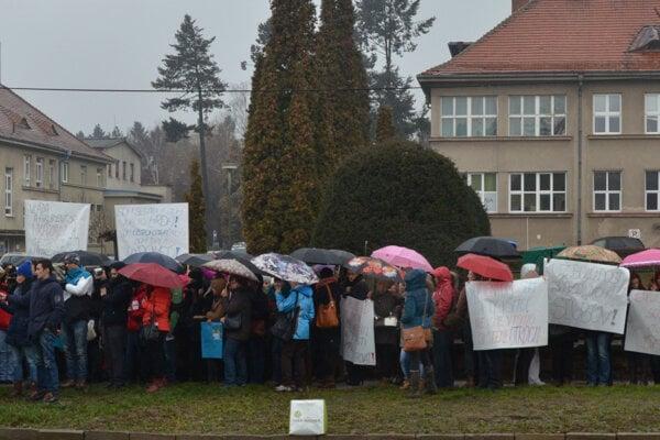 Nurses were protesting in front of the hospital in Prešov.