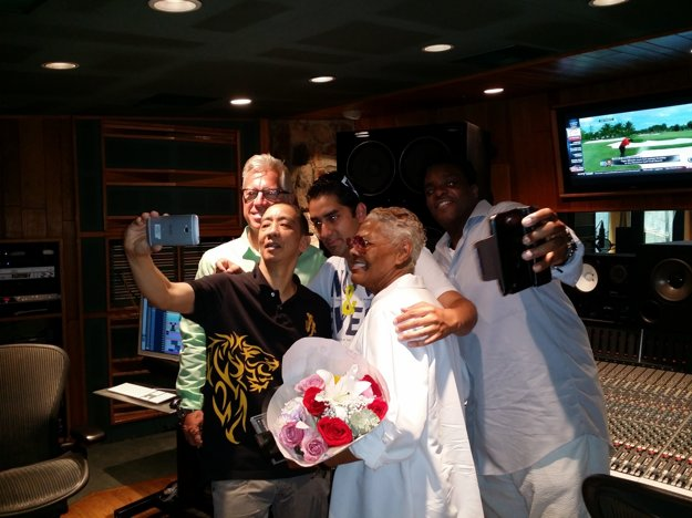 Eugen Botoš of Finally takes a selfie with Dionne Warwick and US musical team.