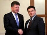 Slovak Foreign Affairs Minister Miroslav Lajcak (l) and his Ukrainian counterpart Pavlo Klimkin (r)