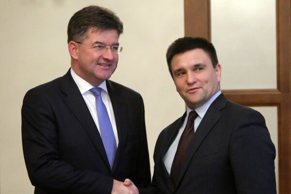 Slovak Foreign Affairs Minister Miroslav Lajcak (l) and his Ukrainian counterpart Pavlo Klimkin (r)