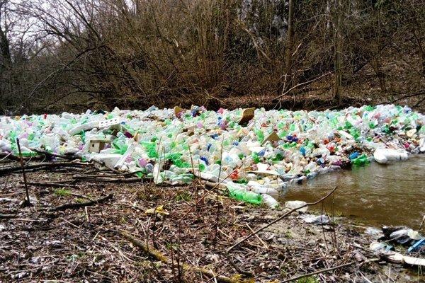 Island of plastics in the Bodva river.