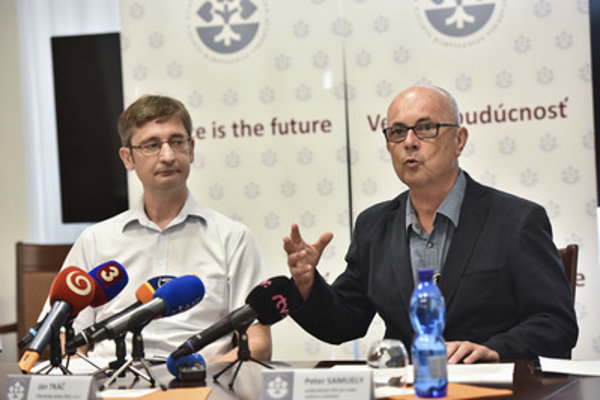 R-L: Vice-chair of Slovak Academy of Sciences (SAS) Peter Samuely and SAS chemist and ERC grant laureate Ján Tkáč at a press briefing on August 16, 2018.