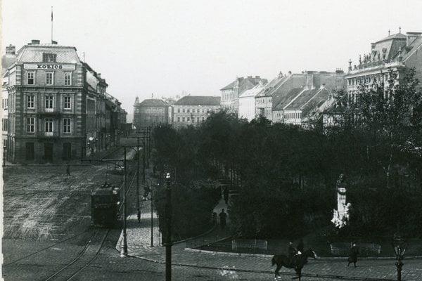 The historical photo of the Kozics Studio on today's Hviezdoslavovo Square.