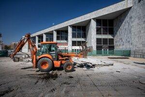 Demolishing of the pedestal.