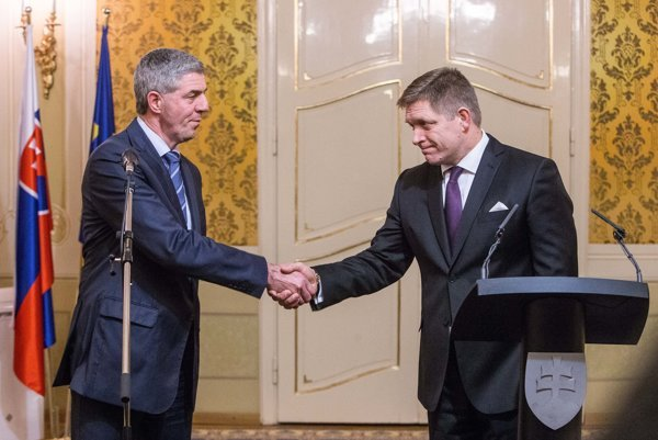 Most-Híd's B0la Bug8r hsakes hands witrh Smer's Robert Fico, at the negotiations.