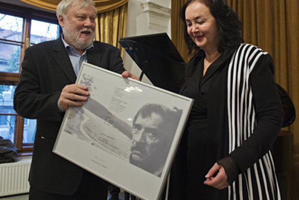 Irena Brežná receives the prize from Peter Zajac.