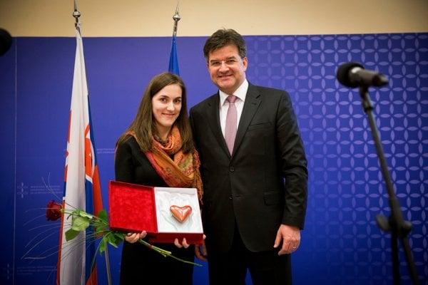 Katarína Šlosiarová, sister of Ján Šlosiar, accepted the prize from Foreign Minister Miroslav Lajčák.